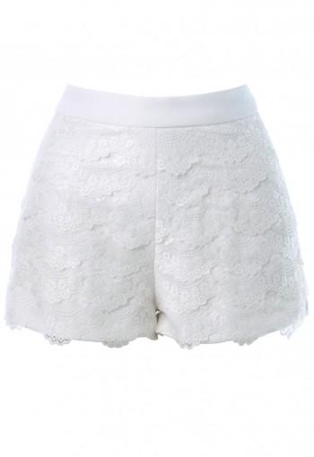 กางเกงขาสั้นสีขาวปูผ้าลูกไม้