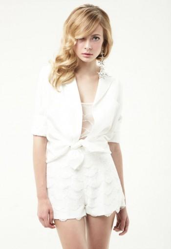 เสื้อเชิ้ตสีขาวปกทักซิโด้เปิดหลัง