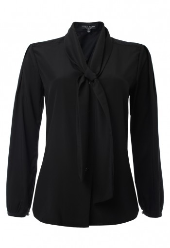 เสื้อสีดำพร้อมผ้าพันคอ