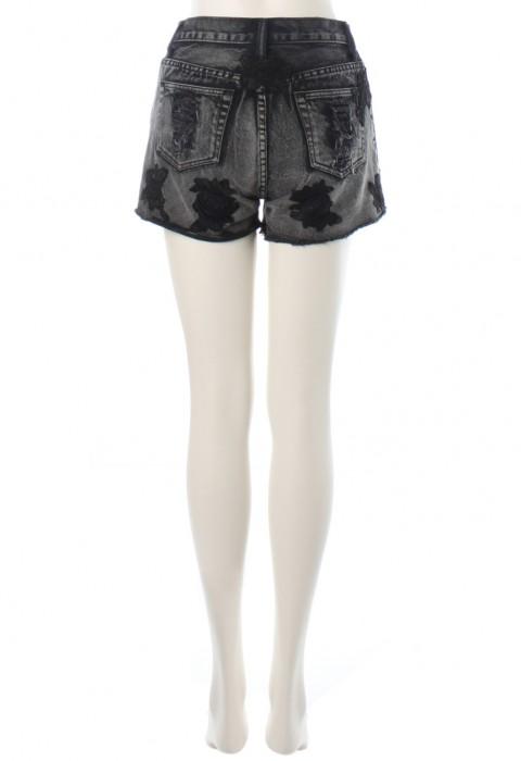 กางกงยีนส์ขาสั้นสีเทาปักลายดอกสีดำ
